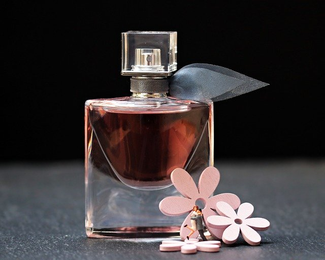 Najpiękniejsze perfumy damskie – sztuka tworzenia zapachu